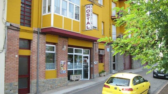 Hostal Sant Bernat : FRENTE DEL HOSTAL