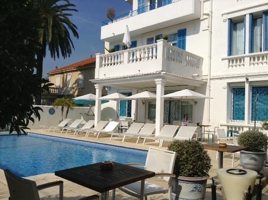 Hotel Juan Beach: front of hotel & pool