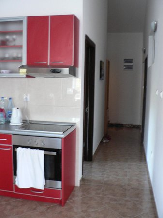 Sun Village Apartments Djenovici: Кухня и коридор