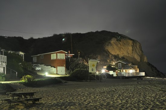 Crystal Cove Beach Cottages: Night View from the beach