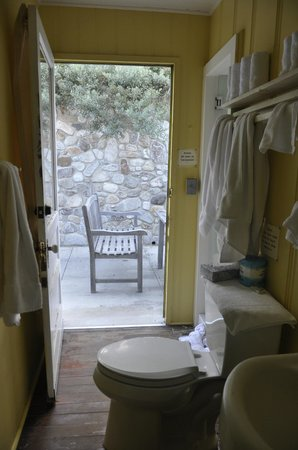 Crystal Cove Beach Cottages: Cottage #32: Go thru the restroom to the back patio