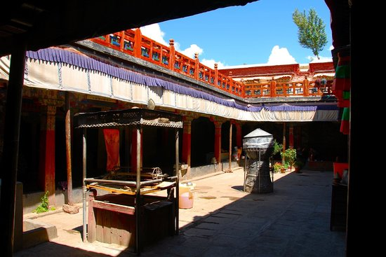 Trandruk Monastery: Cortile interno.