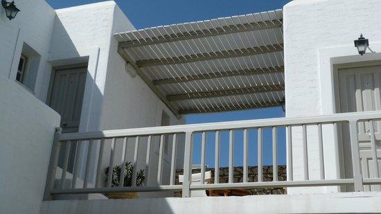 Despina's Rooms & Apartments: Obere Etage mit Sitzecke Blick zum Meer