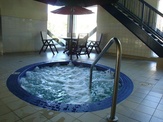 Ramada Canmore: hot tub