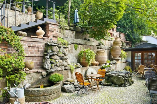Romantik Hotel U Raka: Garden Area.