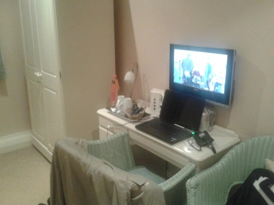 Statham Lodge Hotel: TV / Desk