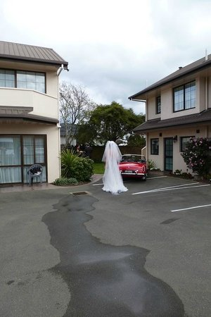 Arrow Motel Apartments: Bride approaching at Arrow Motel