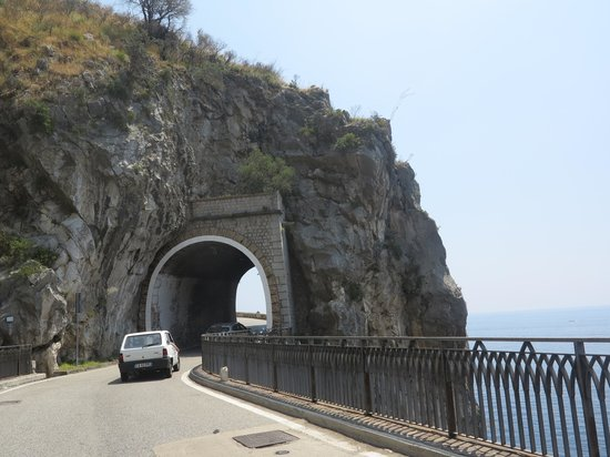 Sant'Agnello, Italia: Narrow Road and View