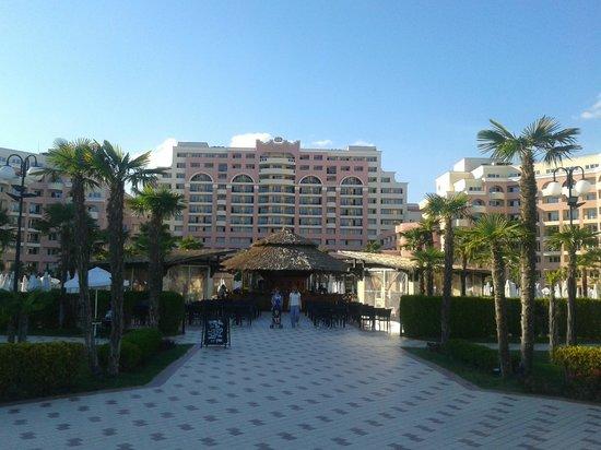 DIT Majestic Beach Resort: heading from beach towards hotel