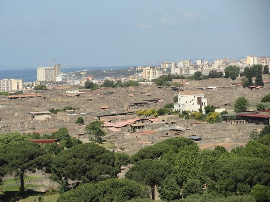 Scavi di Pompei: the brown part is the ruins, the rest is newer Pompei
