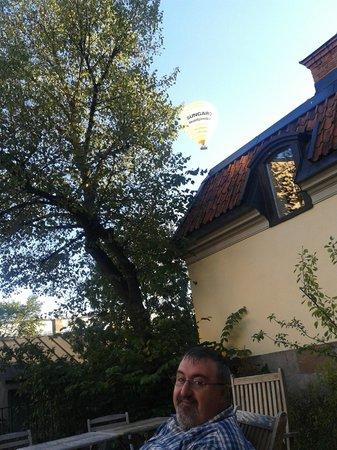 Hotel Hellstens Malmgard : en la terraza con un concurso de globos aerostáticos