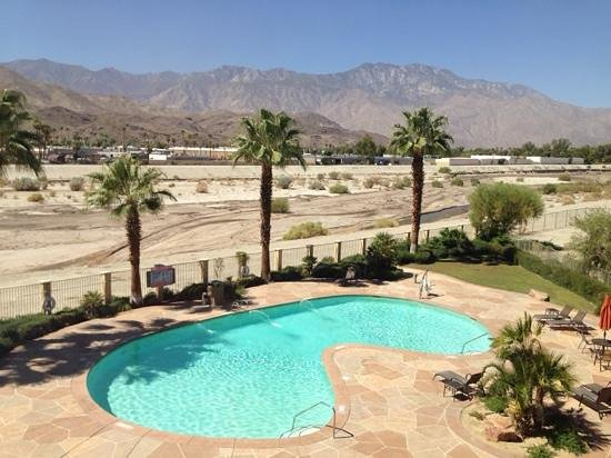 Holiday Inn Express Cathedral City (Palm Springs): view of pool from my room