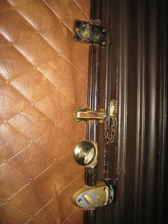 Hotel Marie Rollet: Locks Inside the Padded Door