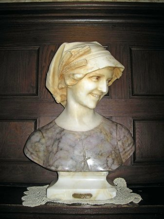 Hotel Marie Rollet: Bust of Marie Rollet