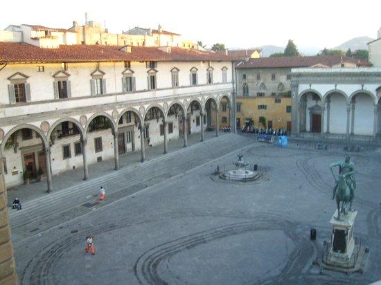 Hotel Le Due Fontane : вид из окна на площадь рано утром