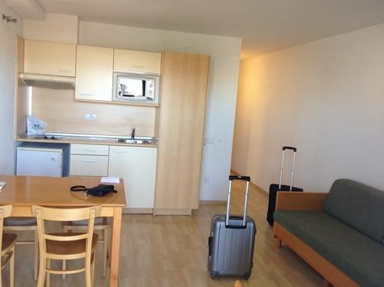 Les Dalies Apartmentos: кухня-гостинная