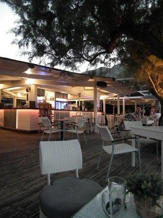 Zante Fiore Studios: Le bar restaurant au bord de l'eau
