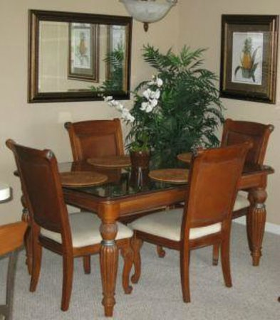 Perfect Drive Vacation Rentals : Spacious dining area for up to 6