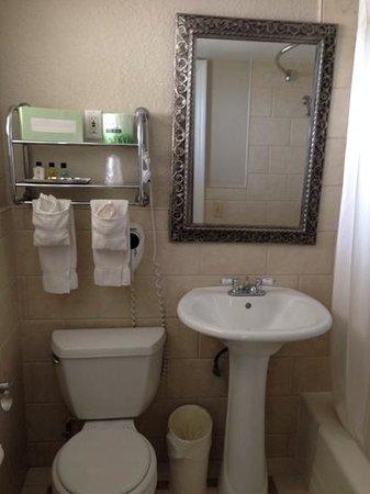 Sea Lord Hotel & Suites: bathroom