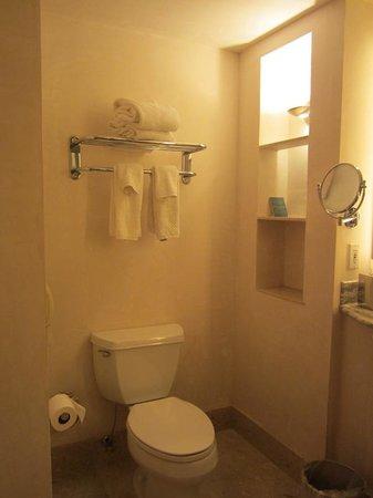 Camel's Garden Hotel & Condominiums: Toilet area