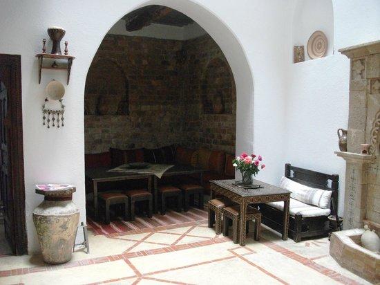 Riad Jade Mogador : acogedor comedor y salon de estar, de decoracion muy agradable y calida.