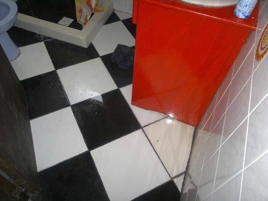Sangiovese Club House : baño sin desagote, inundacion y agua fria!
