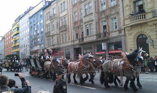 Hotel Daniel: Octoberfest parade nearby