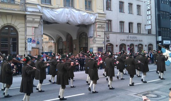 Hotel Daniel: Parade in steet close by hotel