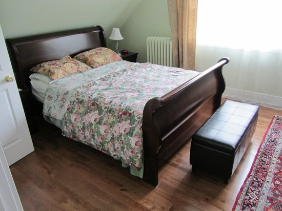 By The Park Bed and Breakfast: Bedroom at Toronto Guest Suites