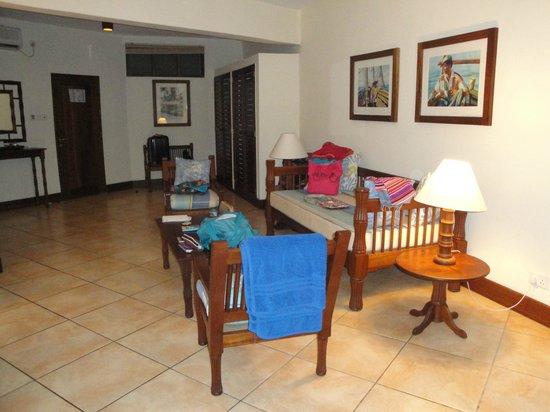 Baobab Beach Resort & Spa : le salon de la chambre