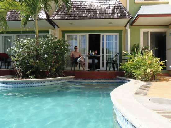 Coco Palm Resort: this is our room with 3 steps into the pool