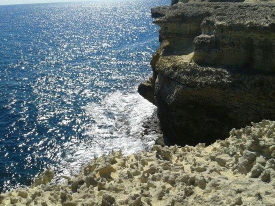 Le Cale d'Otranto Beach Resort : Scorcio di scoglio accessibile a piedi