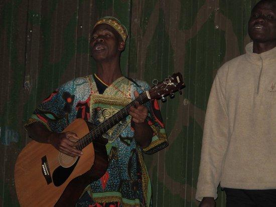 Mara Serena Safari Lodge: Entertainment before dinner