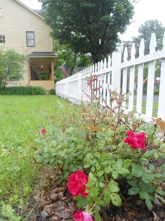 New York House Bed & Breakfast: Flower Gardens