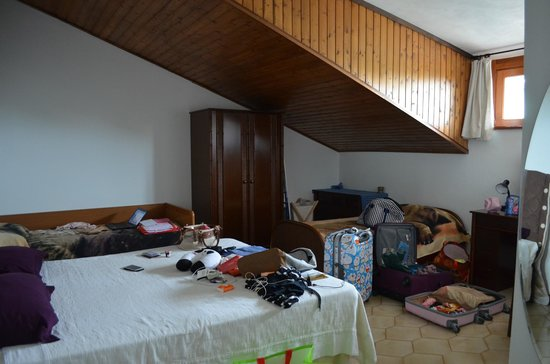 Brugherio, Италия: The room with three beds(also our stuffs)