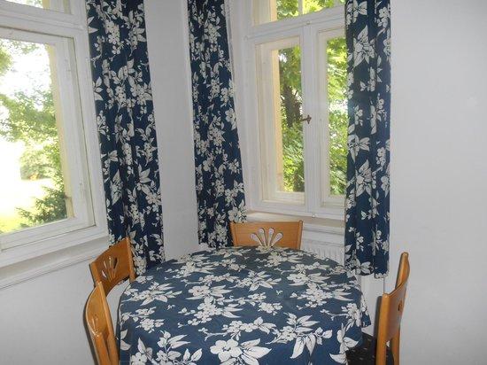 Appartement-Villa Ulenburg: Kitchen windows and table