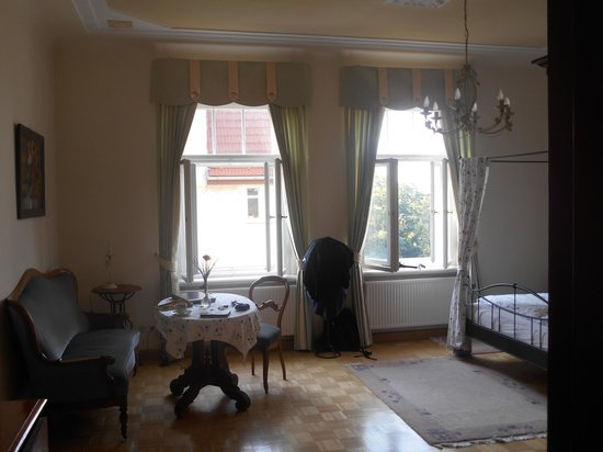 Appartement-Villa Ulenburg: Large windows and sitting area with table in bedroom