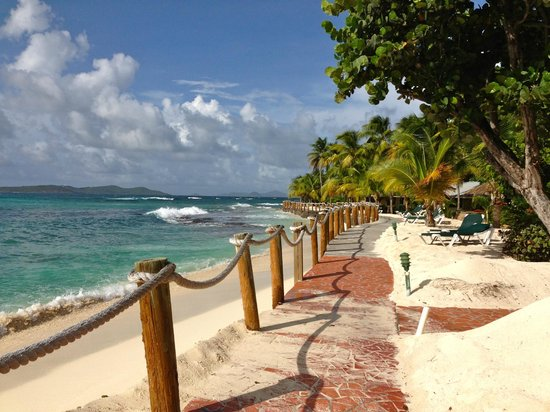 Palm Island Resort & Spa: Walkway in front of the beachfront villas