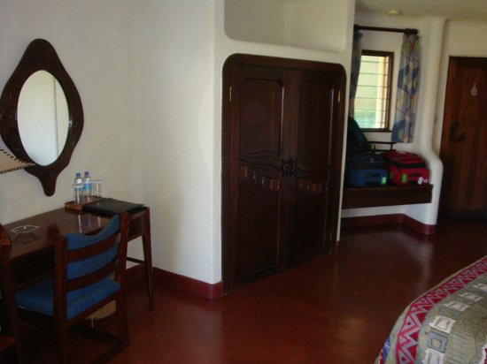 Lake Manyara Serena Lodge: Desk & Closet