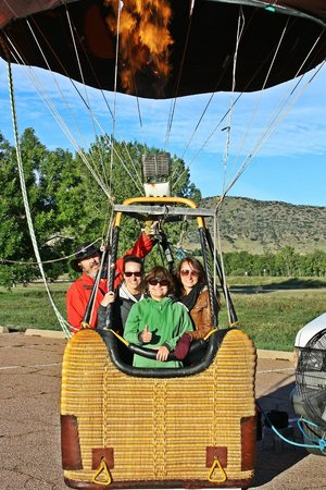Rocky Mountain Hot Air: cozy basket for 3 guests + Ken the captain