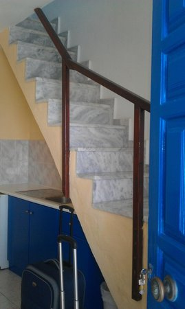 Gizis Exclusive: Stairs to 2nd floor of room in hotel