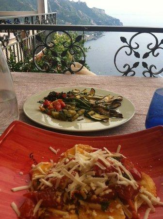 Garden Restaurant: Ravioli and side of vegetables