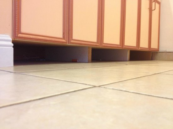 Kihei Kai Nani: trash and dirt under cabinets in kitchen, again no molding