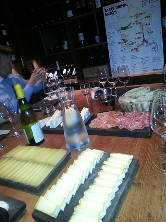 Ô Chateau : Plenty of wine, cheese and charcuterie