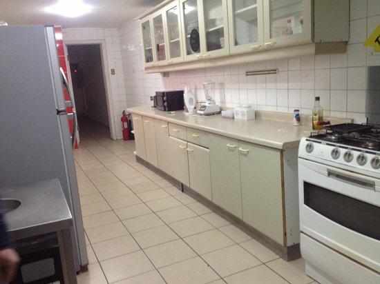 La Casona Hostel: Huge kitchen.