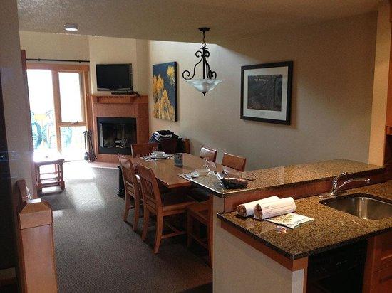 Hidden Ridge Resort: Living Room & dining room