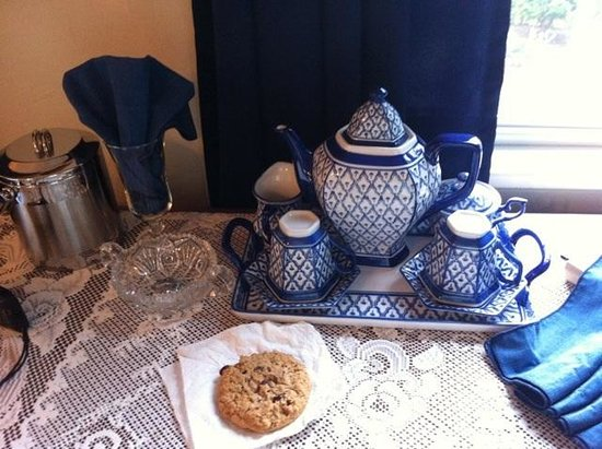 A Harbor View Inn: Our tea set in room, yes we used it
