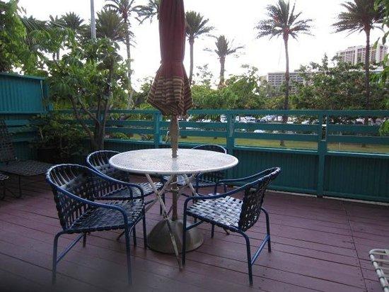 Kai Aloha Apartment Hotel: フォートデルッシ公園を眺める共有ラナイ
