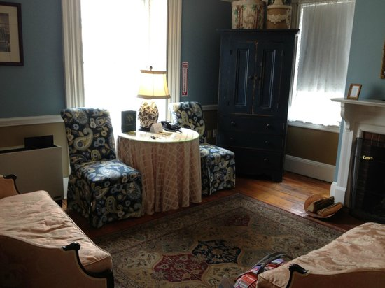 Mary Prentiss Inn : Nice windows and room for guests to sit and chat