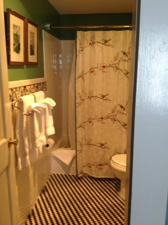 Mary Prentiss Inn : impeccably clean bathroom